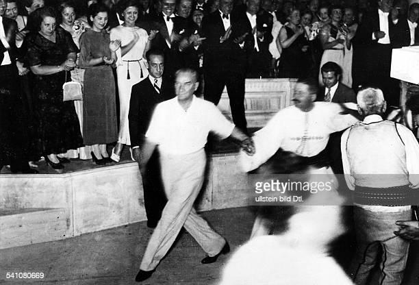 *12031881Politiker Türkei beim Volkstanz 1936 Fotografie von Ilse Steinhoff Werner Conitz