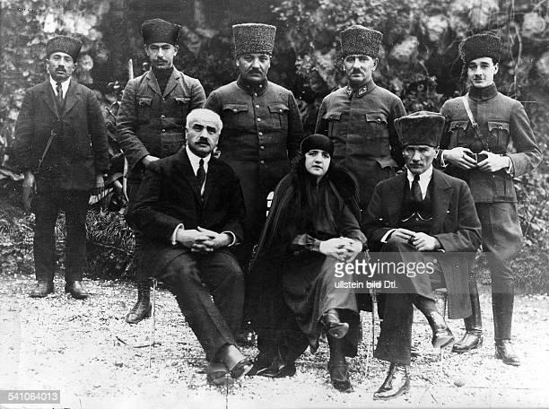 *12031881Politiker Türkei mit Ehefrau Latifeh Hanin nach derHochzeit umgeben von einigen seinerOffiziere 1923