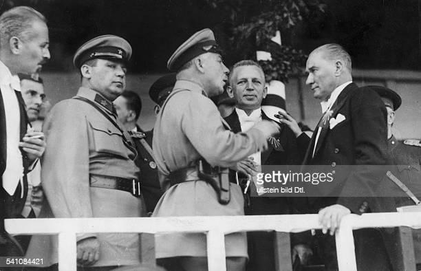 *12031881Politiker Türkeimit dem sowjetischen KriegsministerWoroschilow bei der Feier anlässlich deszehnjährigen Bestehens der türkischenRepublik 1933