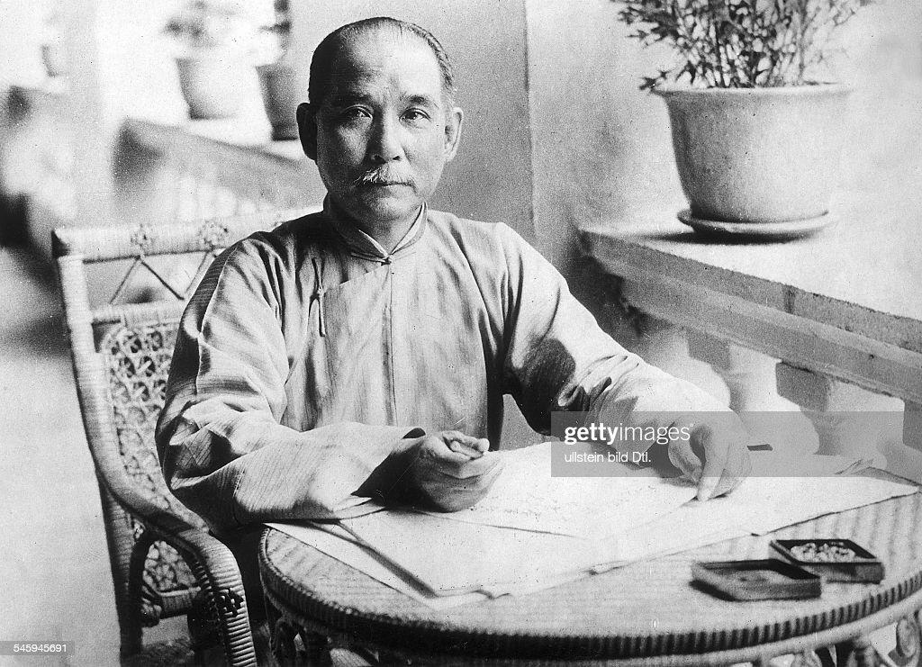 *12.11.1866-+eigentich Sun ZhongshanPolitiker, ChinaPorträt schreibend an einem Tischohne JahrAufnahme: Walter Gircke
