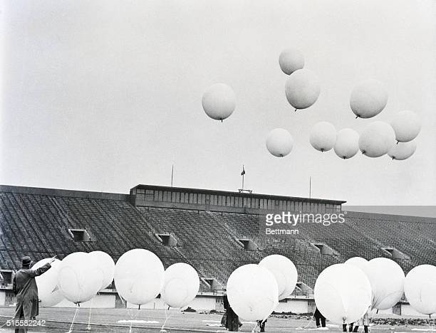 Chicago IL Lifting 41 pounds of scientific apparatus 21 oxygen filled ballloons take to the air at the University of Chicago's Stagg Field as part of...