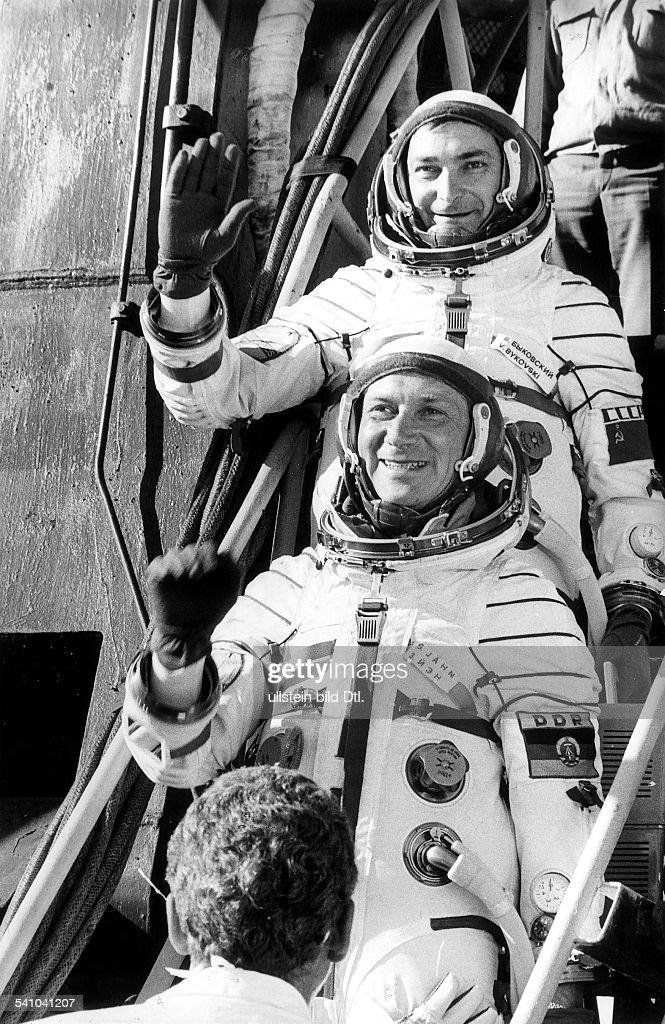 Kosmonaut; DDRDie Kosmonauten Waleri Bykowski (oben)und <a gi-track='captionPersonalityLinkClicked' href=/galleries/search?phrase=Sigmund+J%C3%A4hn&family=editorial&specificpeople=3176902 ng-click='$event.stopPropagation()'>Sigmund Jähn</a> vor dem Start desRaumschiffes Sojus 31
