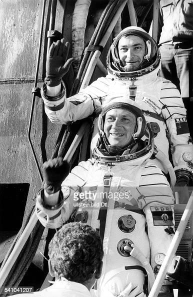 *Kosmonaut DDRDie Kosmonauten Waleri Bykowski und Sigmund Jähn vor dem Start desRaumschiffes Sojus 31