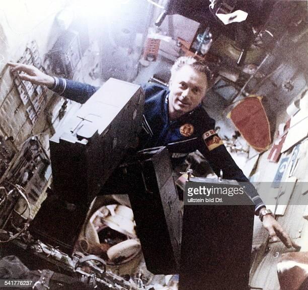 Kosmonaut DDRProgramm 'Interkosmos' Jähn in derSchwerelosigkeit an Bord der RaumstationSalut6 August 1978