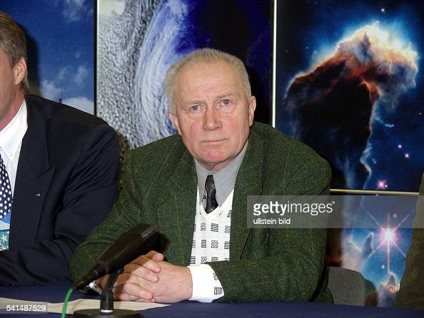 Offizier Pilot Militärwissenschaftler erster deutscher Kosmonaut bei einer Pressekonferenz während der Eröffnung des Raumfahrtzentrums im...