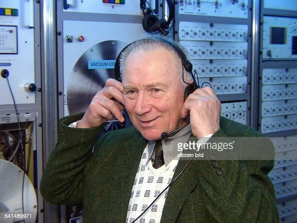 Offizier Pilot Militärwissenschaftler erster deutscher Kosmonaut mit Kopfhörern bei der Eröffnung des Raumfahrtzentrums im Freizeitzentrum Wuhlheide...