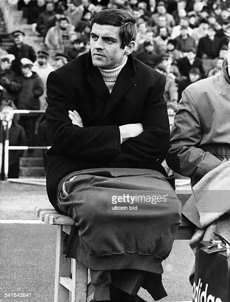 *Fussballtrainer BRDbei einem Bundesligaspiel am Rande des Spielfeldes 1970