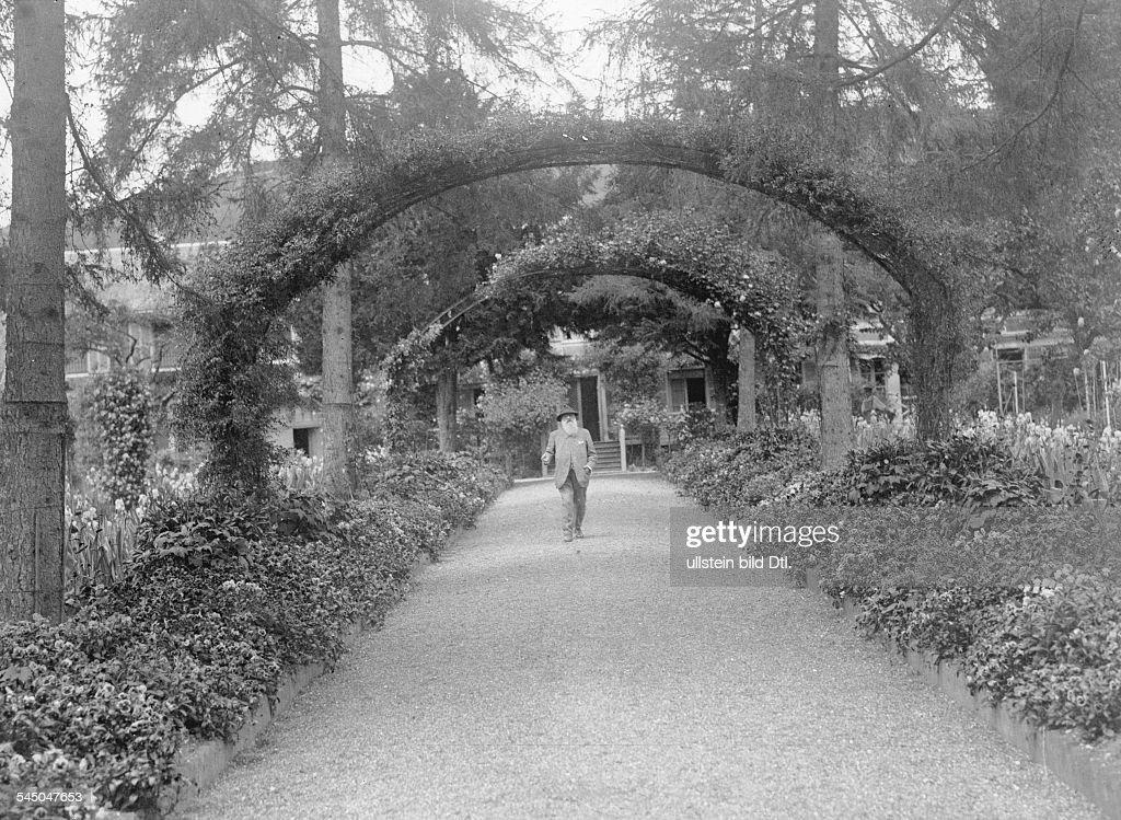 Bildender Künstler, Maler, Frankreichin seinem Garten in Giverny bei Paris- vermutl. um 1920