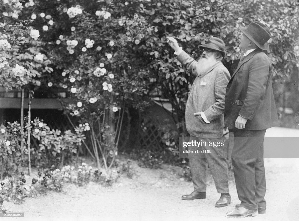 Bildender Künstler, Maler, Frankreichmit Louis Aston Knight (r.) in seinem Garten in Giverny bei Paris- vermutl. um 1920