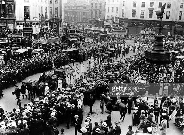 Crowds watch the cortege of English suffragette Emily Davison killed by King's horse at the Derby passing Eros at Piccadilly Circus Second part of...