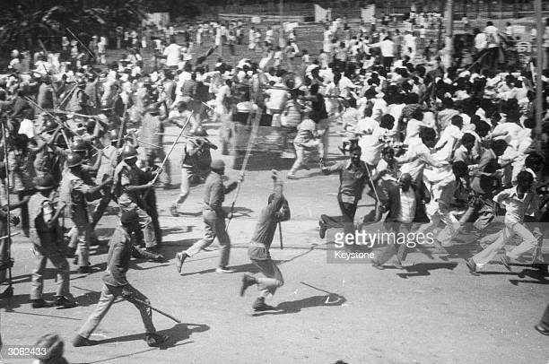 Police using lathis to break up a march by the destitute of Patna who were marching to the Assembly to protest about their poverty