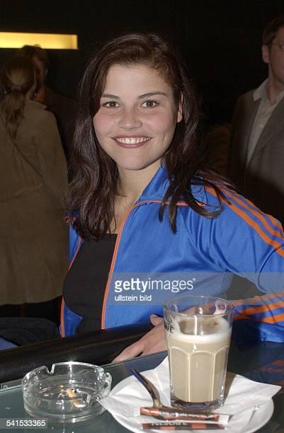 Schauspielerin DPorträt mit Cafe Latte