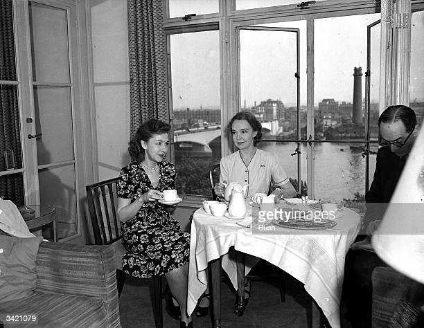 American silent movie stars and sisters Lillian and Dorothy Gish at the Savoy Hotel in London