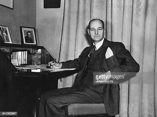 *Diplomat und Historiker USAam Schreibtisch1953