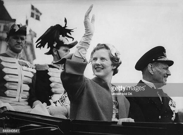 *Kronprinzessin Königin von Dänemark seit 1972mit ihrem Vater König Frederik in einer Kutsche auf der Fahrt durch Kopenhagen anlässlich ihrer...