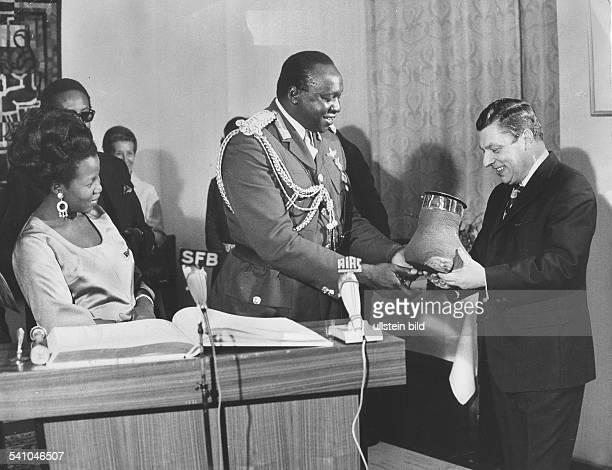 *Offizier Politiker UgandaStaatspräsident 19711979Präsident Amin überreicht dem Berliner Innensenator und Bürgermeister Kurt Neubauer als Geschenk...