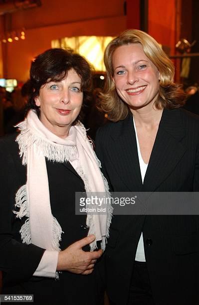 Kommunikationswissenschaftlerin DStaatssekretärin Regierungssprecherin von NordrheinWestfalenmit Karin Clement bei der Verleihung der...