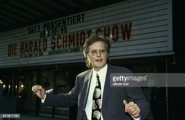 Entertainer Dvor dem Kino 'Capitol' in Köln in demseine 'Harald Schmidt Show' für SAT 1produziert wird Dezember 1995