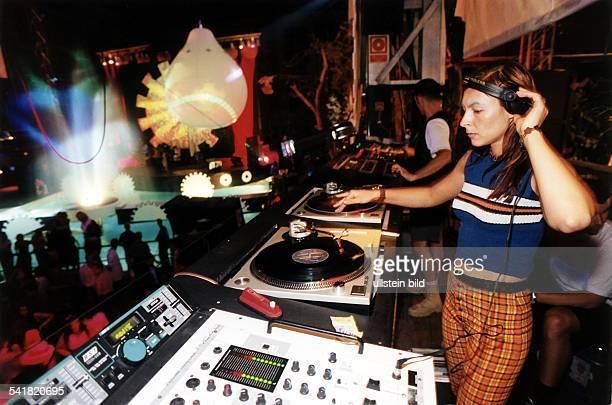 Moderatorin TechnoDJ als Discjockey bei einer Mayday Partyin der Discothek 'Privilege' auf Ibiza