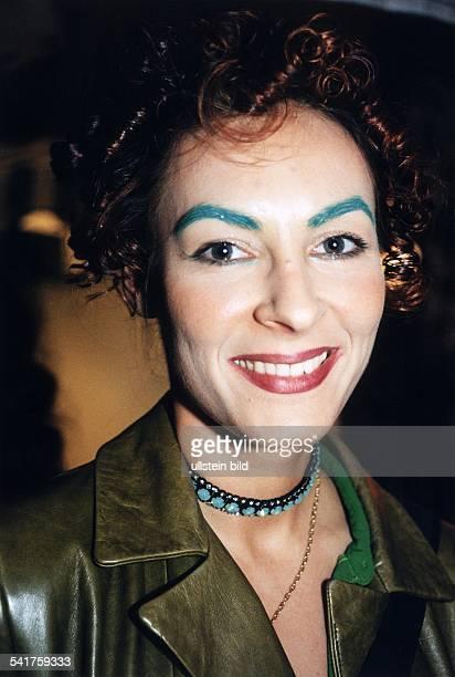 Moderatorin TechnoDJmit grünen Augenbrauen Februar 1997