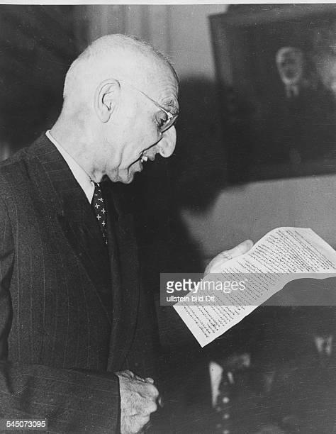 18801967Politiker Iran19511953 MinisterpräsidentPremier Mossadegh während einer Ansprache gegenüber dem amerikanischen Präsidenten Truman in der er...