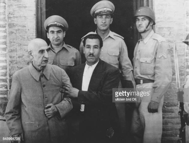 18801967Politiker Persien19511953 Ministerpräsidentbeim Verlassen des Gefängnisses in Teheran gestützt von seinem fahrer Hasasn Agha im Hintergrund...