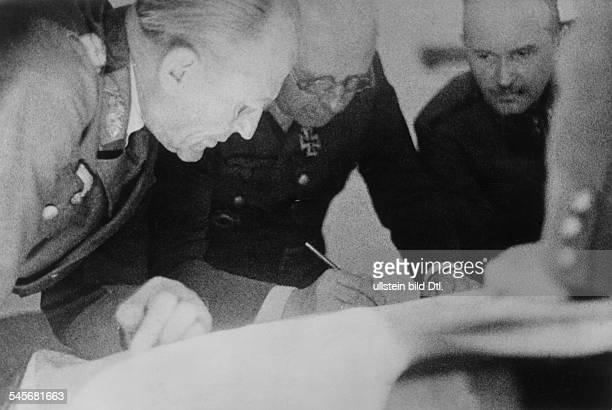 *18921971Offizier Generaloberst D als Befehlshaber der Gruppe Südosten auf dem Gefechtsstand einer ungarischen Armee bei der Lagebesprechung Aufnahme...