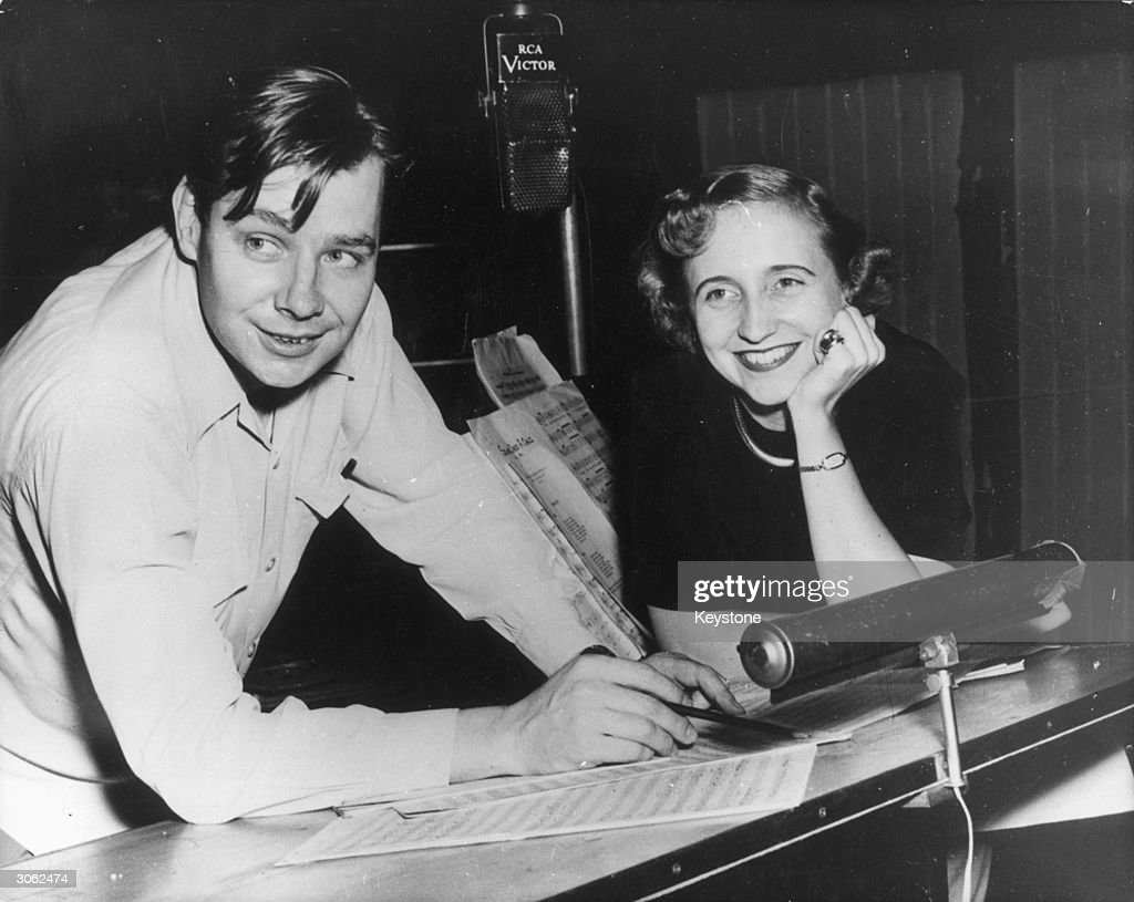 Margaret Truman, the daughter of US president Harry S Truman prepares to record an album of early American songs with choral leader and conductor Robert Lawson Shaw (1916 - 1999)) and the RCA Victor Orchestra.