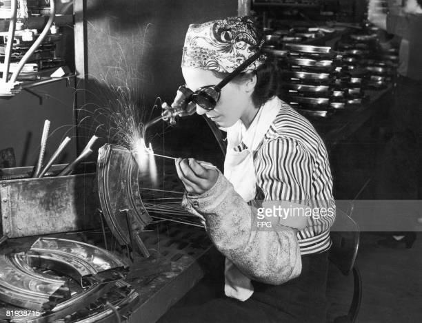 18yearold Evelyn Turner welds a Bren gun magazine during World War II circa 1943 She took a twoweek high school course in welding before starting...