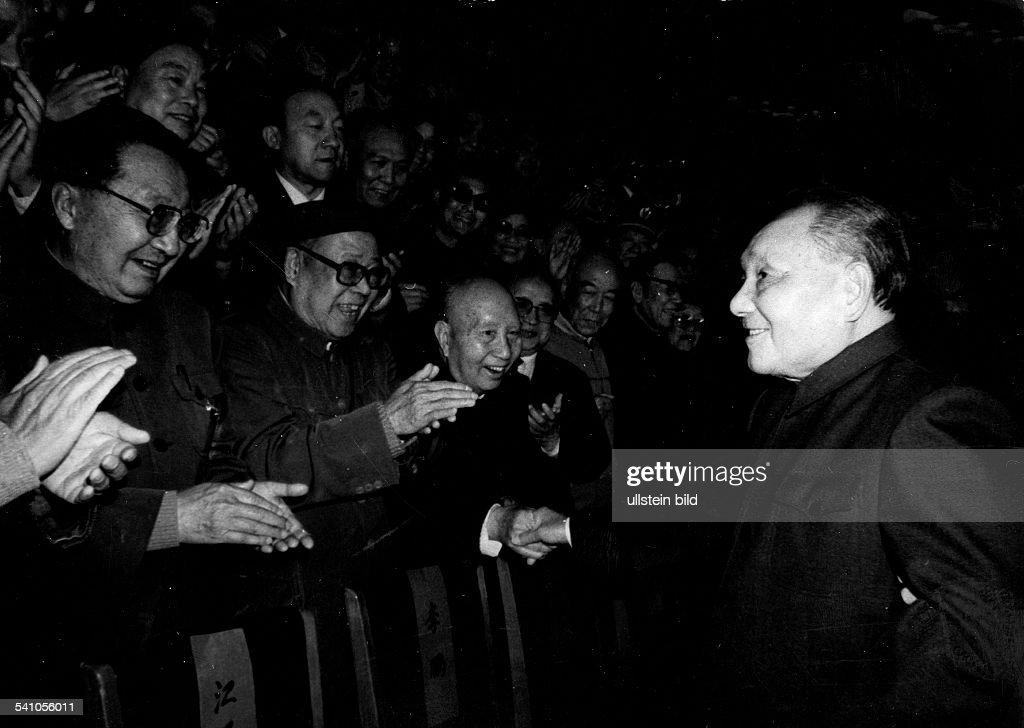 *19041997Politiker Volksrepublik Chinabegrüsst anwesende Delegierte bei der Plenarsitzung des Zentralkommites der Kommunistischen Partei Chinas in...