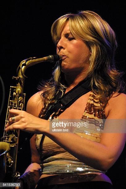 Jazzmusikerin Saxofonistin Niederlandespielt Saxofon bei einem Auftritt im Tempodrom in Berlin D