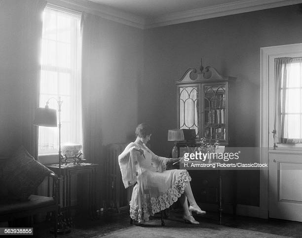 1920s ELEGANTLY DRESSED...