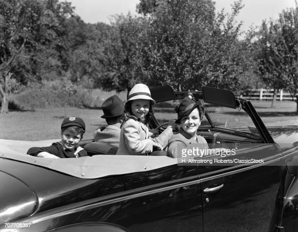 1930s 1940s FAMILY OF 4 IN...