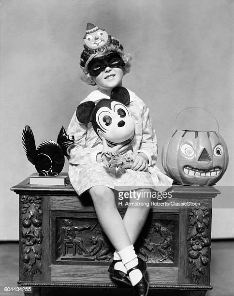 1930s LITTLE GIRL HOLDING.