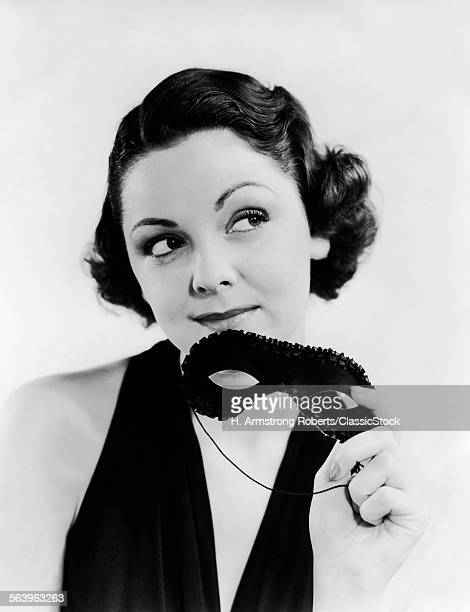1930s PORTRAIT OF WOMAN IN...