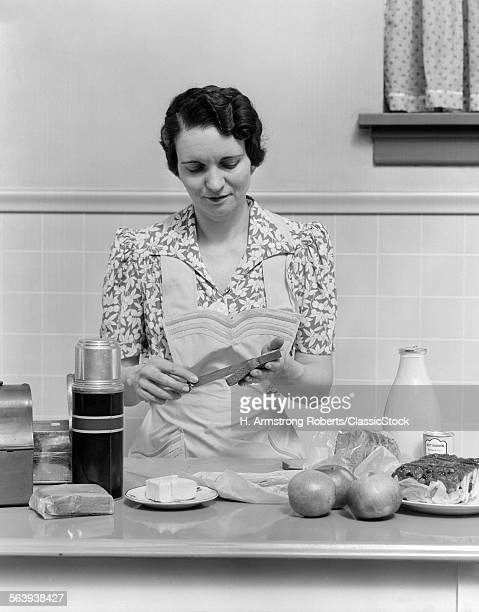 1930s WOMAN HOUSEWIFE IN...