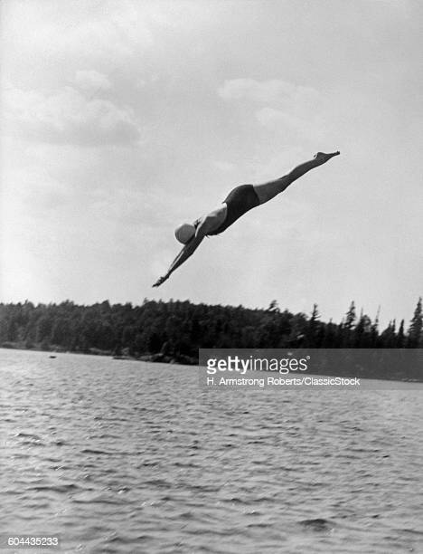 1930s YOUNG WOMDIVING.