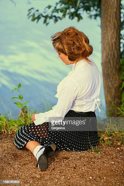 Stil der 1940 er Jahre. Frau im park.
