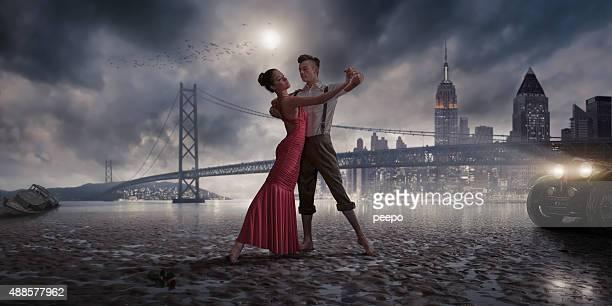 Vintage des années 1940 danseurs sur la plage au clair de lune de la ville des lumières