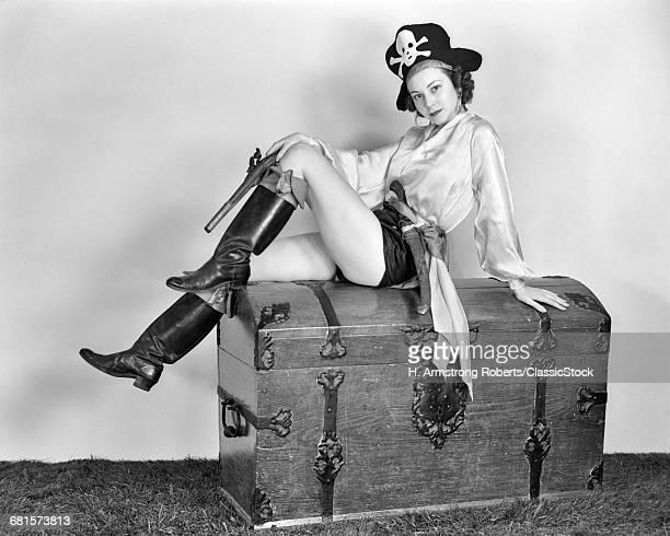 1940s WOMAN WEARING PIRATE...