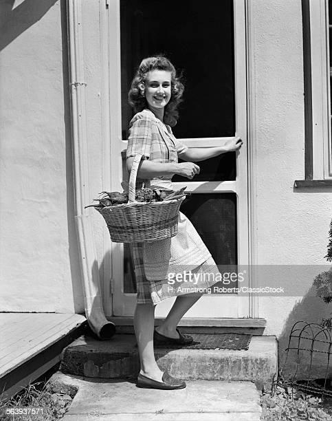 1940s WOMAN WEARING PLAID...