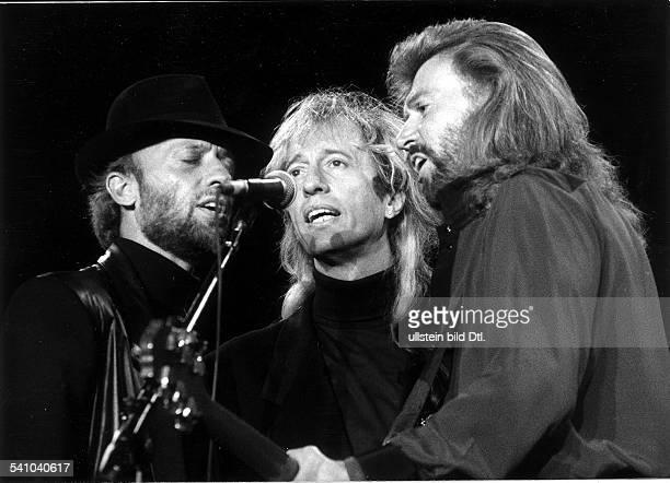 1944Popmusiker AUS mit seiner Gruppe 'Bee Gees' von linksMaurice und Robin bei einemKonzert in der Waldbühne Juni 1991