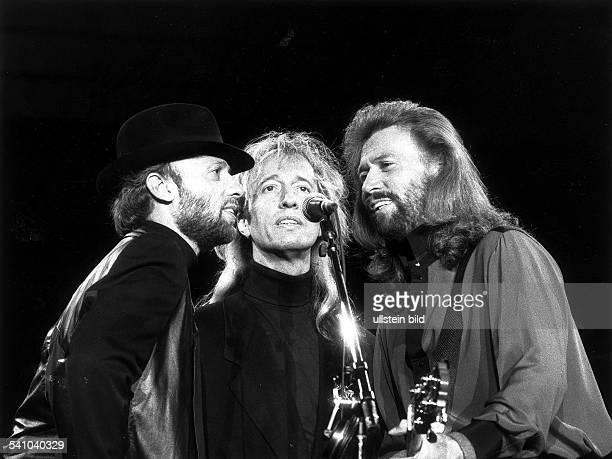 1944Popmusiker AUSmit seiner Gruppe 'Bee Gees' von linksMaurice Robin Barry Gibb bei einemKonzert in der Berliner Waldbühne Juni 1991