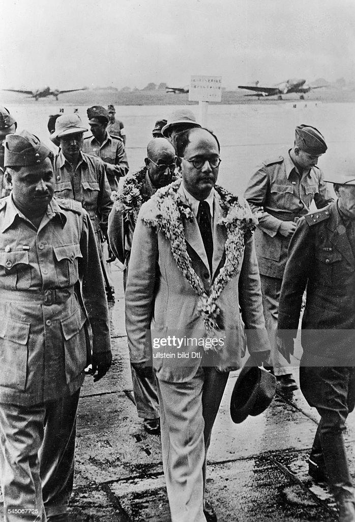 1897 - 1945Politiker, IndienVorsitzender der KongressparteiFührer der 'Provisorischen IndischenNationalpartei' 1943-45- bei seiner Ankunft auf dem Flugplatzin Shonan.- erschienen Daz