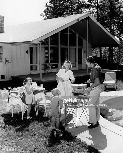 1950s FAMILY GRILLING...