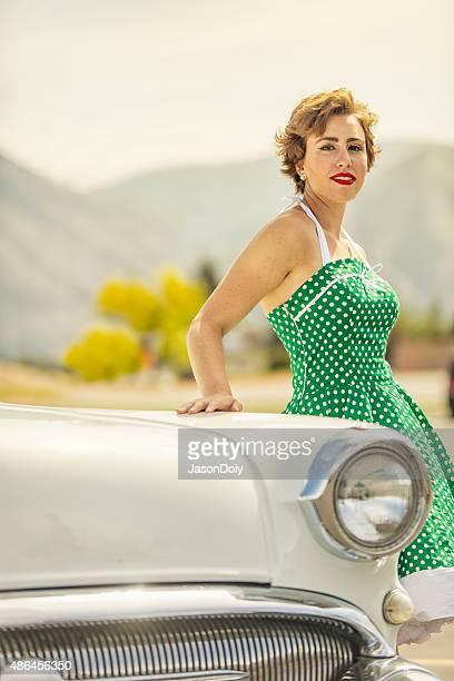 1950 s mujer apoyarse en un coche de época