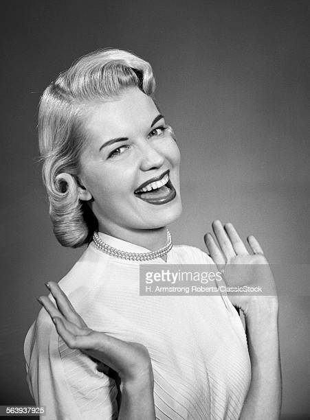 1950s WOMAN WEARING PEARLS...