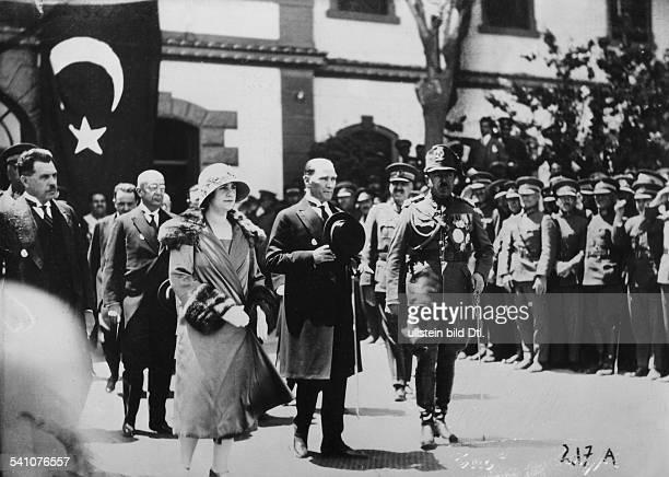 1892 1960König von Afghanistan 19191929der König und Ehefrau Suraya bei derAnkunft in Ankara mit dem türkischenStaatspräsidenten Kemal Atatürk 1928