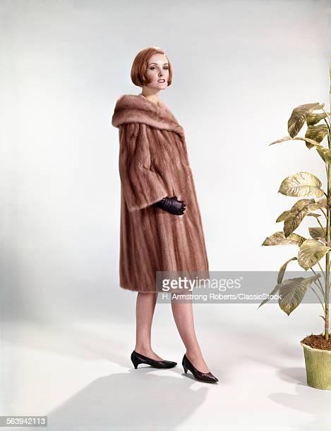 1960s WOMAN WEARING FUR...