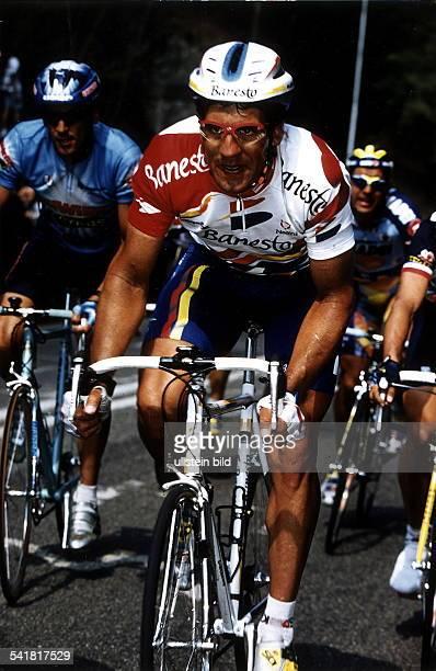 1964Radrennfahrer E mit Helm und Brille auf dem Rennradwährend eines Rennens 1996